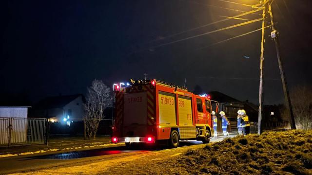 Pożar przyłącza elektrycznego oraz zalane mieszkanie. Trwają strażackie interwencje – ZDJĘCIA!