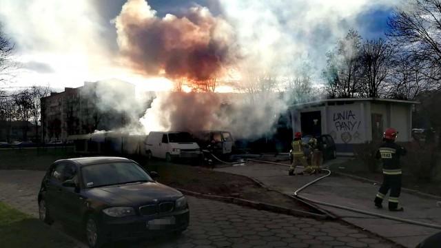 Pożar samochodów w Oświęcimiu. Trwa akcja gaśnicza – ZDJĘCIA!
