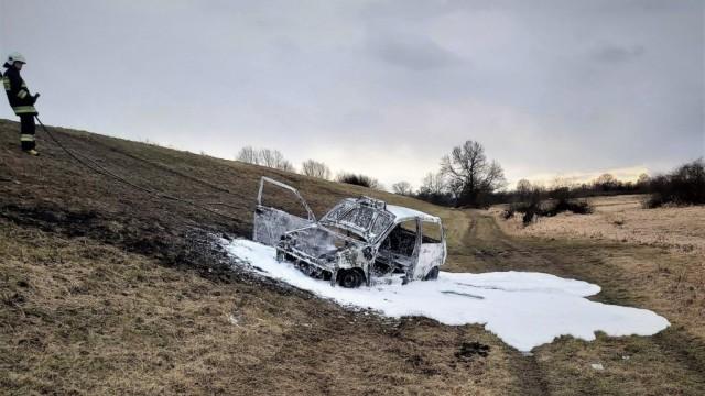 Pożar samochodu na wale wiślanym w Brzeszczach - InfoBrzeszcze.pl