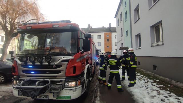 """Pożar w Brzeszczach. Palił się ,,kosz na śmieci"""" w mieszkaniu – ZDJĘCIA!"""