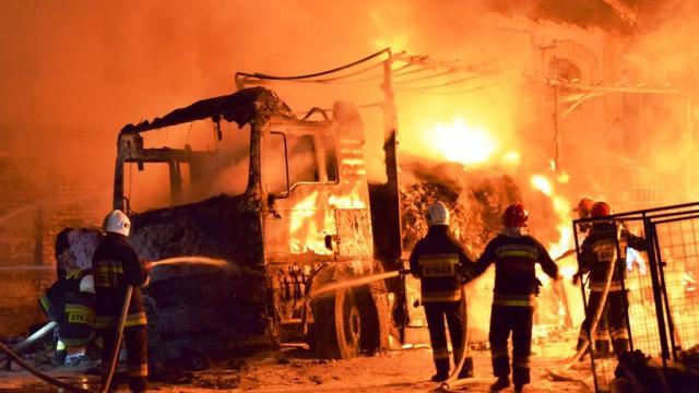 Pożar w Łękach. Spłonęła ciężarówka oraz składowane odpady komunalne. GALERIA, FILM!
