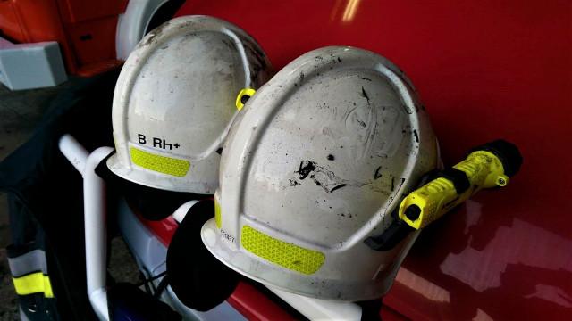 Pożar w mieszkaniu w Zatorze. Ogień ugasił strażak mieszkający w tym samym bloku.