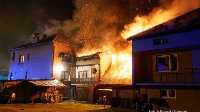 Pożar zabudowań w Bielanach. Rodziny straciły dach nad głową – ZDJĘCIA!