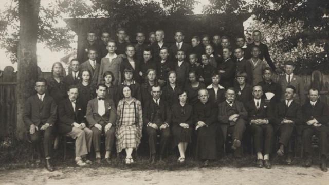 Pracownicy szkoły świętują 100 - lecie istnienia Konara