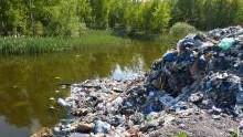 Przecieszyn. Policjanci zatrzymali dwóch kierowców, którzy wysypali 20 ton śmieci w miejscu niedozwolonym.
