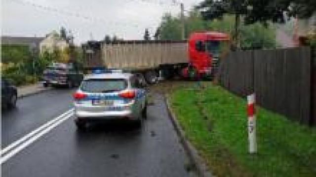 Przeciszów. Kolizja drogowa. Policjanci apelują o dostosowanie prędkości do warunków drogowych.