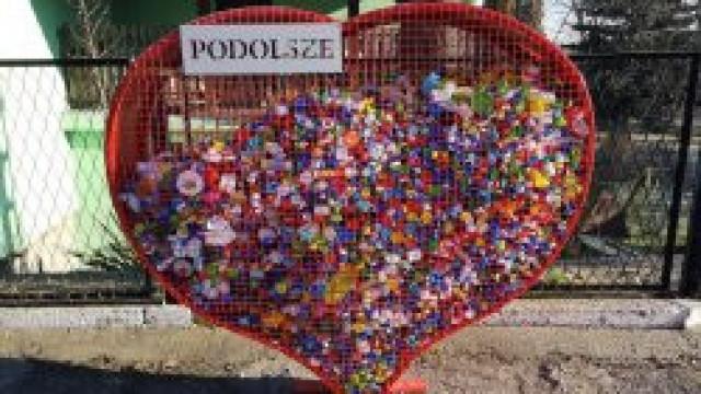 Przy Zespole Szkolno Przedszkolnym w Podolszu stanęło wielkie serce na nakrętki. Placówka już od lat włącza się w akcję ich zbierania