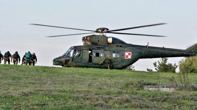 Pustynia Błędowska. Ćwiczenia skoczków 6 Brygady Powietrznodesantowej z Krakowa
