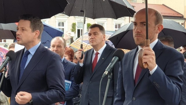 Rafał Trzaskowski odprowadził Sebastiana Kościelnika do sądu – FILMY