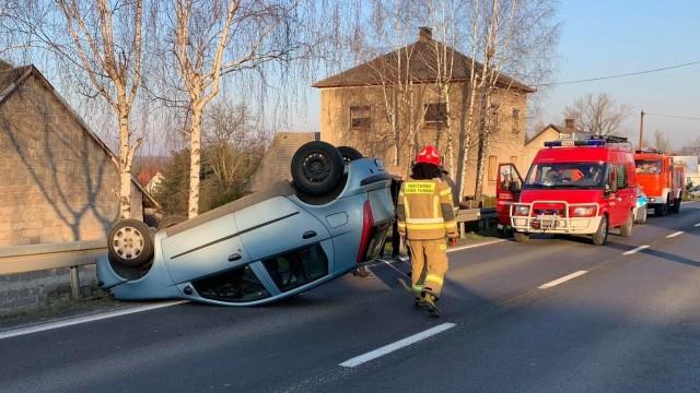 Rajd pijanego kierowcy zakończył się dachowaniem na krajówce – ZDJĘCIA!