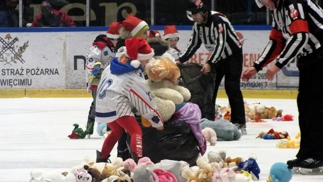 Rekordowa liczba pluszaków podczas Teddy Bear Toss – FOTO