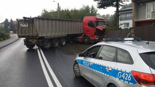Ruch wahadłowy na dk 44 w Przeciszowie. Samochód wbił się w ogrodzenie