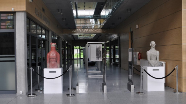 Rzeźby Agaty Agatowskiej na stałe w oświęcimskiej bibliotece