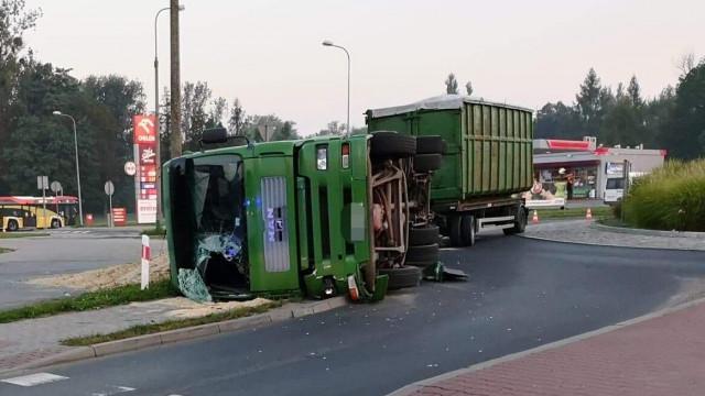Samochód ciężarowy wywrócił się na zjeździe z ronda w Oświęcimiu.ZDJĘCIA!