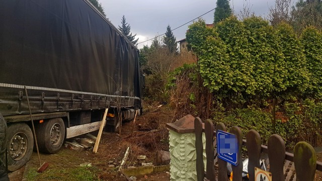 Samochód ciężarowy zjechał z drogi i wjechał na prywatną posesję. ZDJĘCIA!