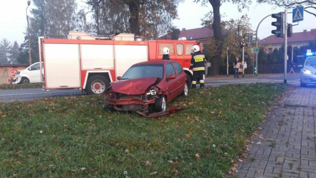 Samochód osobowy zderzył się z busem, którym podróżowało 8 osób ! ZDJĘCIA !