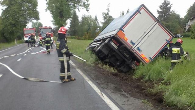Samochód przewożący niebezpieczną substancje wypadł z drogi. Na miejscu SCRChem z JRG Oświęcim. ZDJĘCIA !