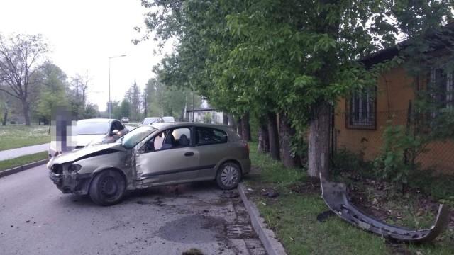 Samochód uderzył w drzewo. Kierujący miał w organizmie blisko 3 promile alkoholu – ZDJĘCIA!