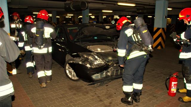 Samochód uderzył w filar na podziemnym parkingu galerii Niwa. ZDJĘCIA !