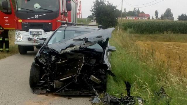 Samochód uderzył w pociąg na niestrzeżonym przejeździe kolejowym. ZDJĘCIA !