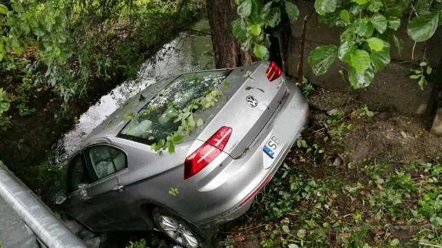 Samochódł wpadł do rzeki w Zasolu. ZDJĘCIA !