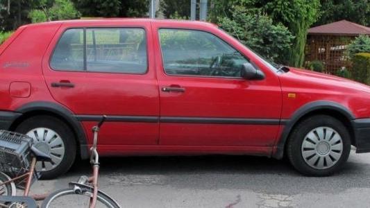 Senior na rowerze uderzył w samochód