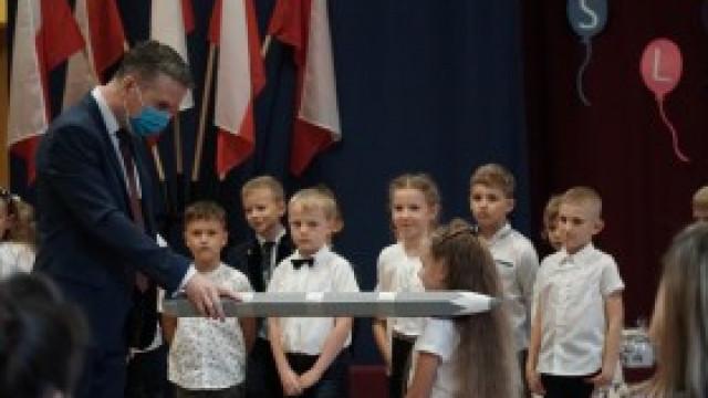 Ślubowanie pierwszoklasistów w szkole podstawowej w Nowej Wsi