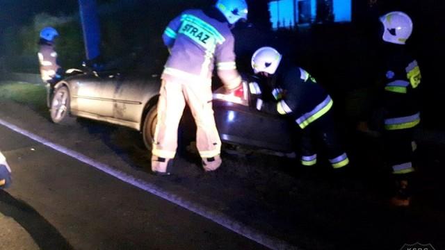 Słup energetyczny oraz sygnalizacja świetlna stanęły na przeszkodzie dwóch kierowców. ZDJĘCIA!
