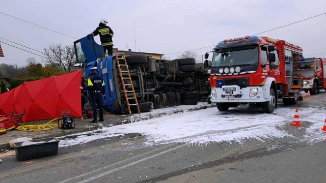 Śmiertelny wypadek w Wieprzu oraz zderzenie trzech pojazdów w Bulowicach- wspólne działania zastępów z sąsiednich powiatów. ZDJĘCIA !