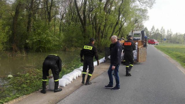 Soła przekroczyła stan alarmowy. Intensywne prace strażaków. ZDJĘCIA !