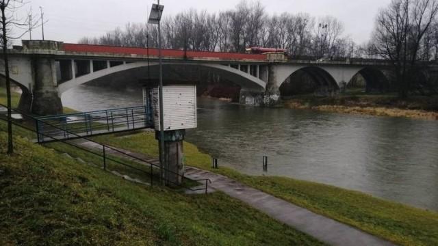 Stany ostrzegawcze na trzech rzekach, zalane piwinice