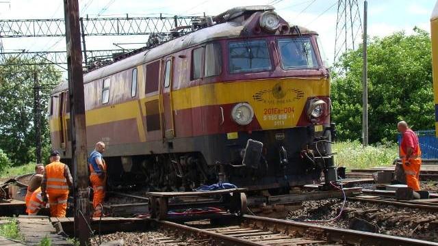 Stawiają lokomotywę na tory. Droga pod wiaduktem w Babicach nadal nieprzejezdna