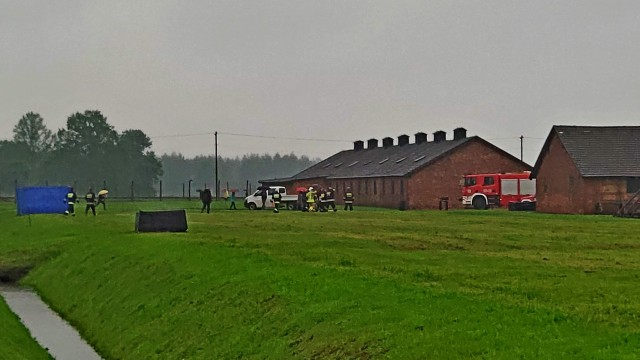 Strażacy pracują na terenie byłego obozu koncentracyjnego w Brzezince – ZDJĘCIA, FILM!