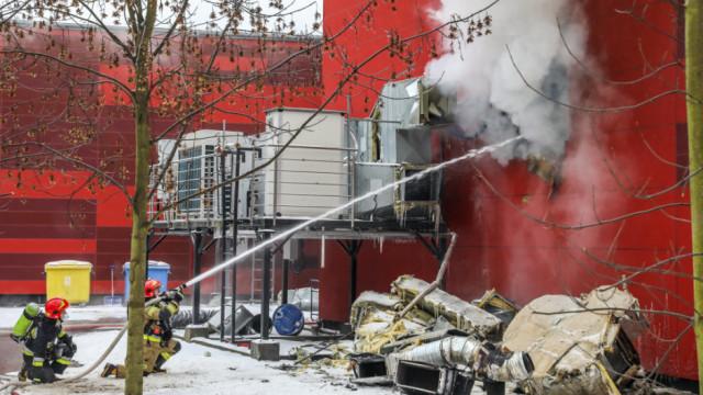 Strażacy z JRG Oświęcim prowadzą działania gaśnicze przy pożarze w Krakowie