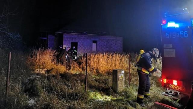 Strażacy zapobiegli tragedii- bezdomny został ewakuowany z budynku w którym doszło do pożaru - InfoBrzeszcze.pl