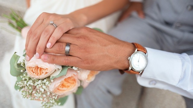 Suknia ślubna — minimalizm czy styl glamour?