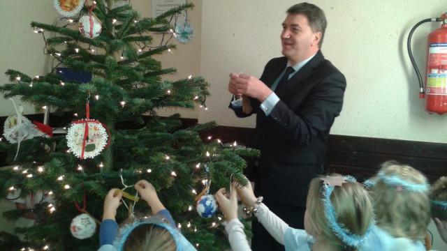 Świąteczny nastrój w urzędzie. Przedszkolaki ubrały choinkę