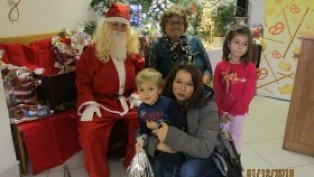 Święty Mikołaj odwiedził seniorów w Witkowicach i ich wnuczęta