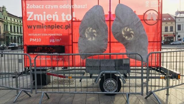 Tak wyglądają płuca po tygodniu na rynku w Oświęcimiu – FILM