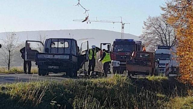 Tragedia na DW948 w Nowej Wsi. Samochód po zderzeniu z innym pojazdem potrącił robotnika drogowego !