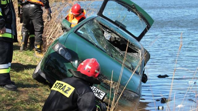 Tragiczny wypadek w Smolicach. Nie żyje mężczyzna, którego samochód wpadł do żwirowni. ZDJĘCIA, FILM!