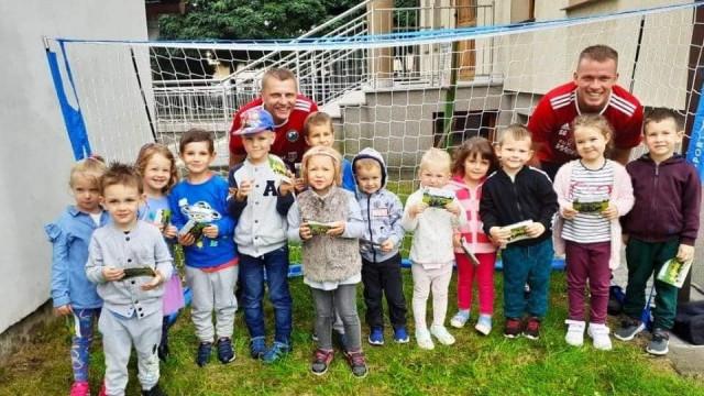 Trenerzy LKS-u odwiedzili przedszkola promując futbol i klubowe treningi - InfoBrzeszcze.pl