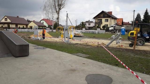 Trwa budowa zewnętrznej siłowni - InfoBrzeszcze.pl