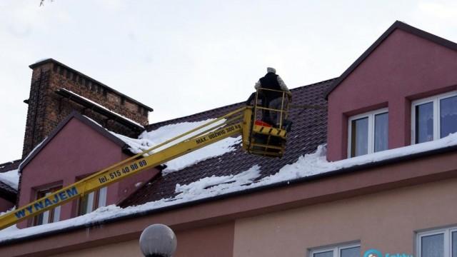 Trzeba usuwać sople i śnieg z dachu