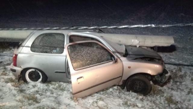 Uderzył w słup energetyczny po czym oddalił się z miejsca wypadku pozostawiając w samochodzie pasażerów. ZDJĘCIA!