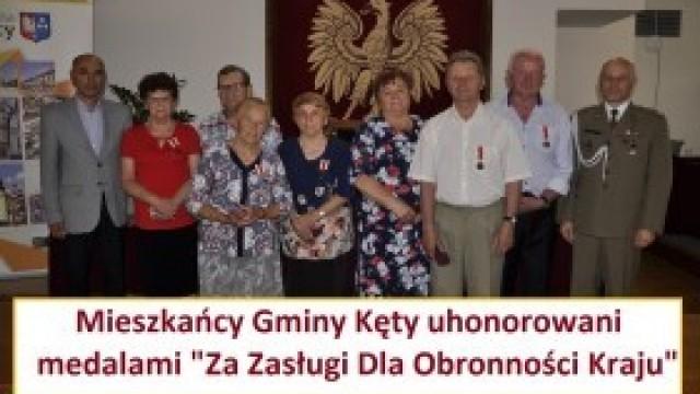 """Uhonorowali rodziców medalami """"Za Zasługi Dla Obronności Kraju"""""""