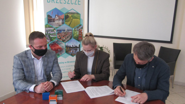 Umowa podpisana - Park Miejski zostanie zrewitalizowany - InfoBrzeszcze.pl