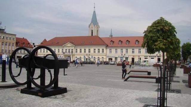 Utrudnienia w ruchu kołowym na Rynku Głównym w Oświęcimiu podczas Jarmarku Kasztelańskiego