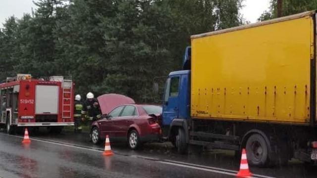 UWAGA ! Brzeszcze DW933 zderzenie samochodu ciężarowego z osobowym.