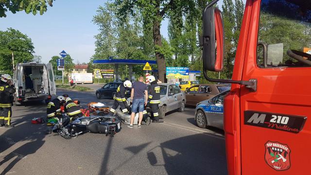 UWAGA ! Wypadek w Brzeszczach. Samochód zderzył się z motocyklem. ZDJĘCIA !